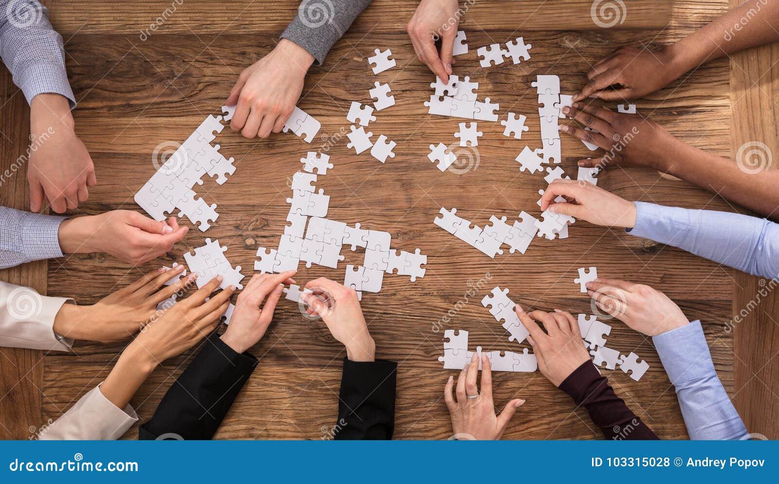 Opinión de alto ángulo los empresarios que solucionan el rompecabezas