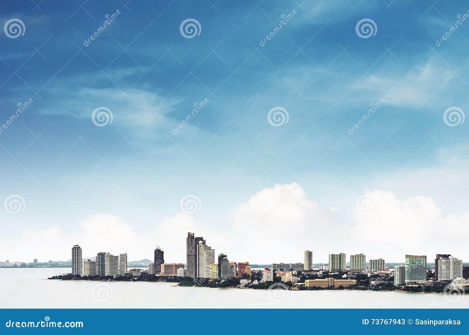 Opinión de alto ángulo sobre la ciudad de Pattaya con el cielo azul claro, señal en la ciudad del este de Tailandia