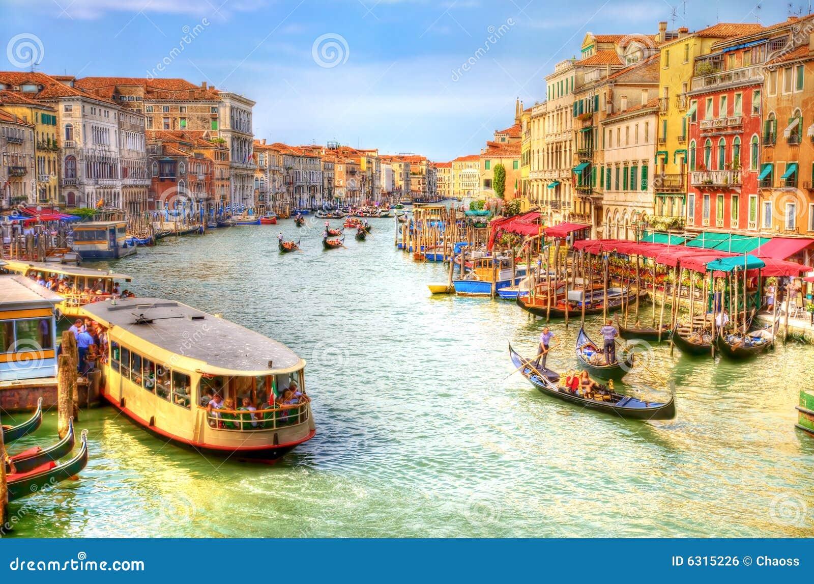 Opinión de canal magnífico de Venecia