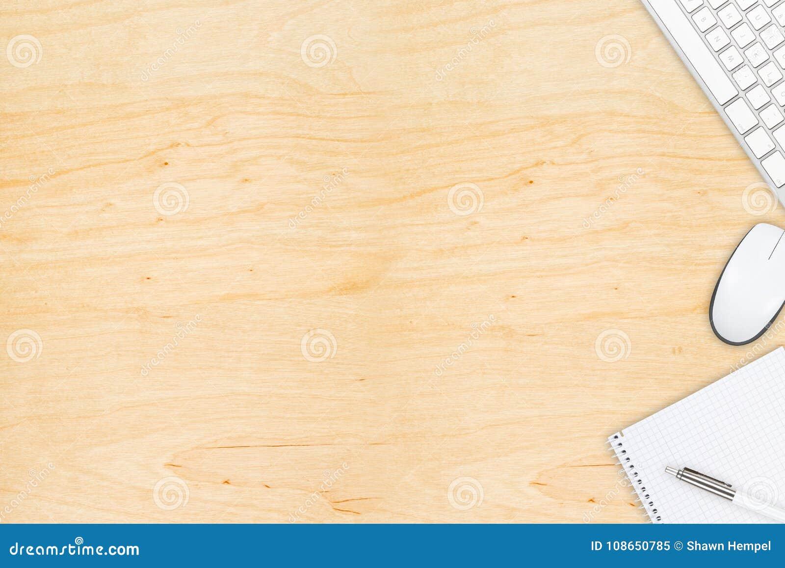 Opinión de escritorio de la oficina de madera de Brown con el ratón y el keyboa del ordenador