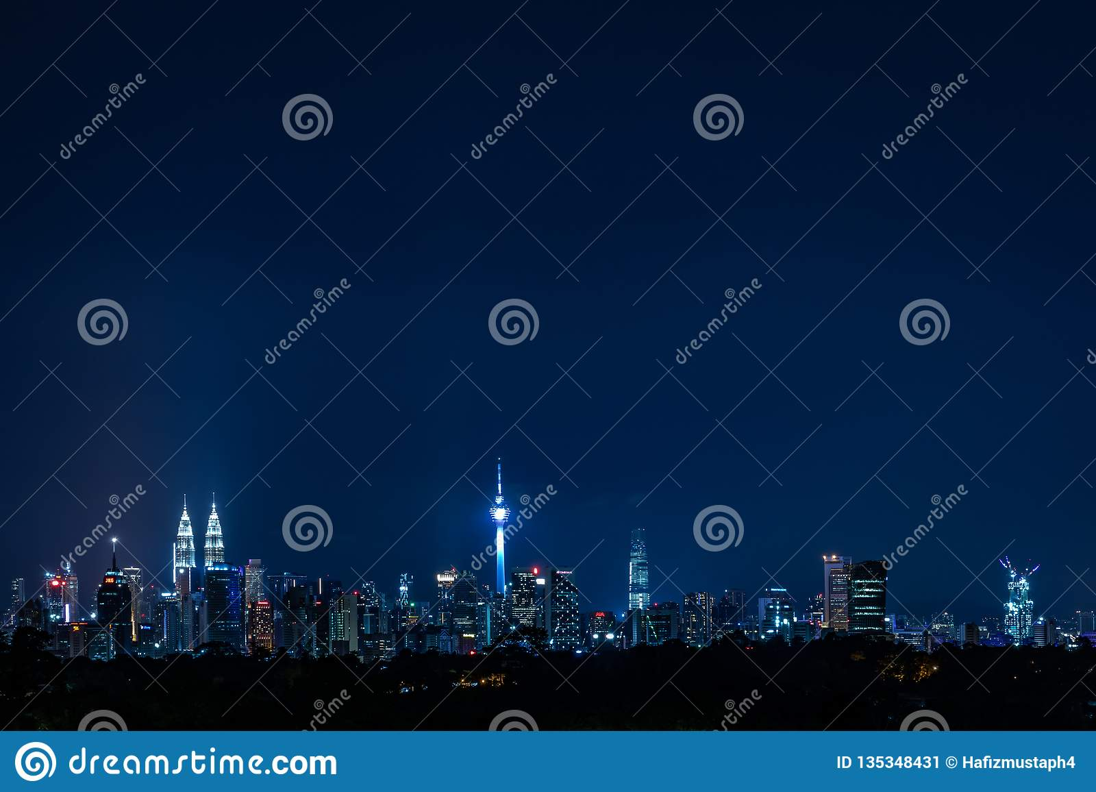 Opinión de Kuala Lumpur Cityscape en la noche