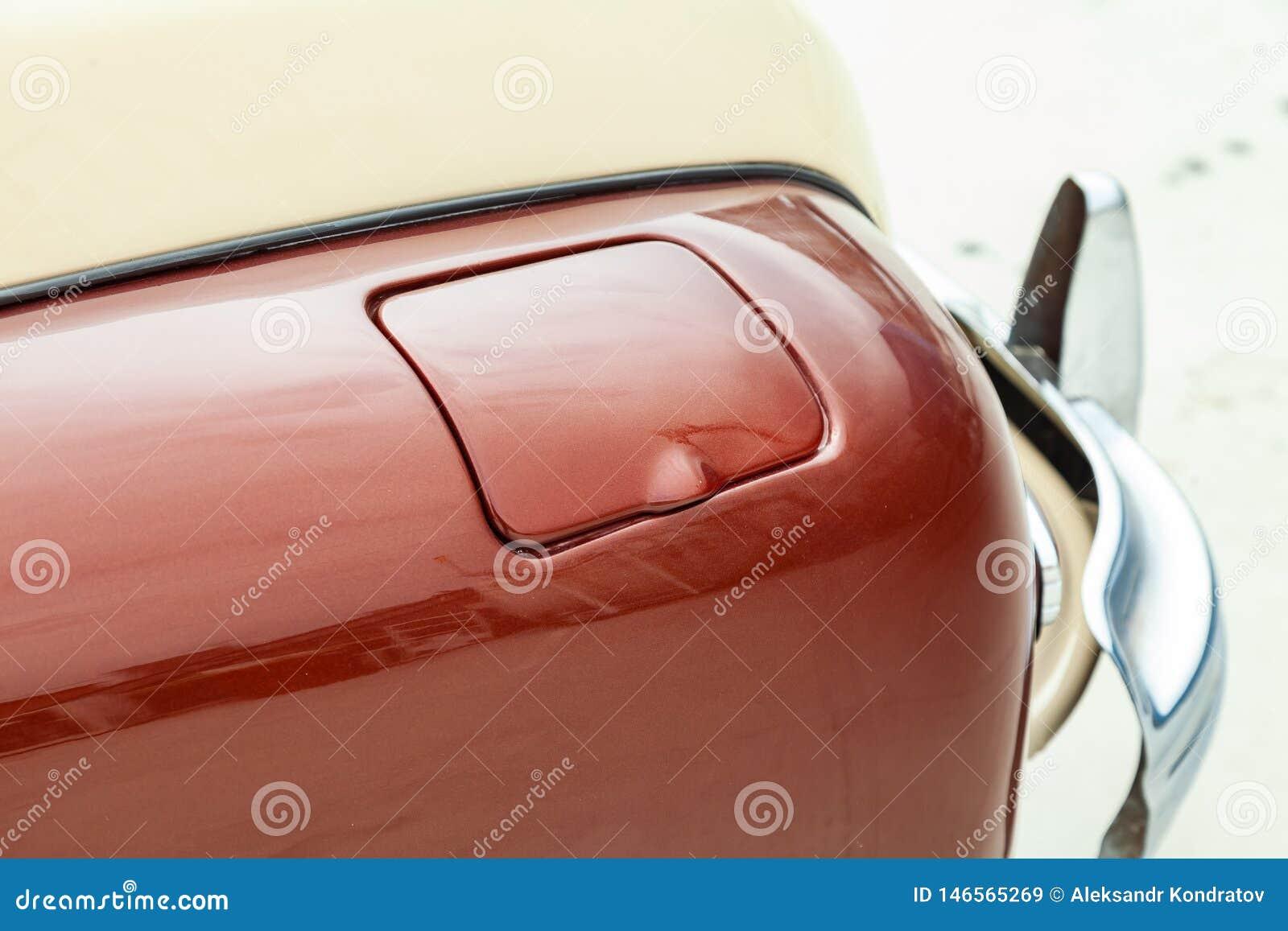 Opinión de la aleta del depósito de gasolina en del color marrón y beige después de limpiar antes de venta en un día soleado en e