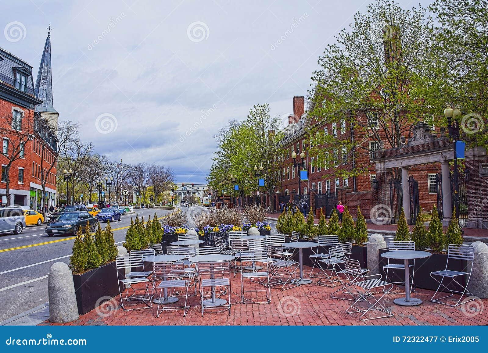 Opinión de la calle en área de la Universidad de Harvard en Cambridge