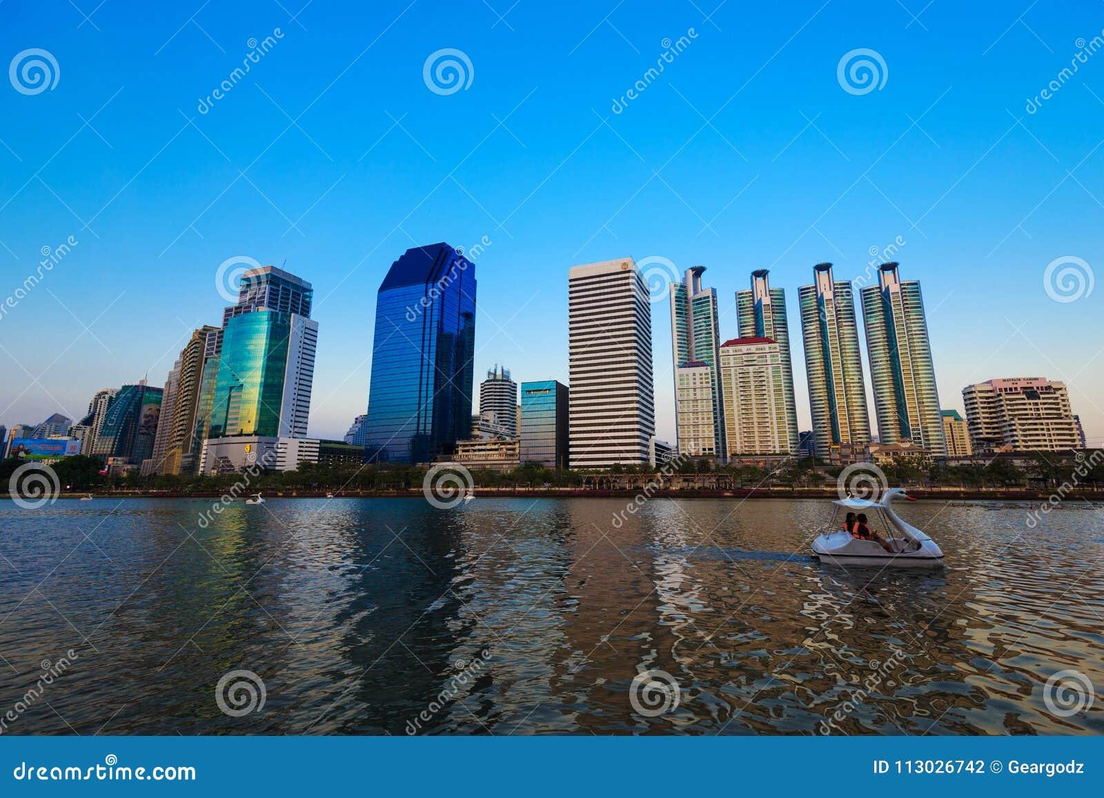 Opinión de la ciudad en el parque de Benjakitti, Bangkok, Tailandia