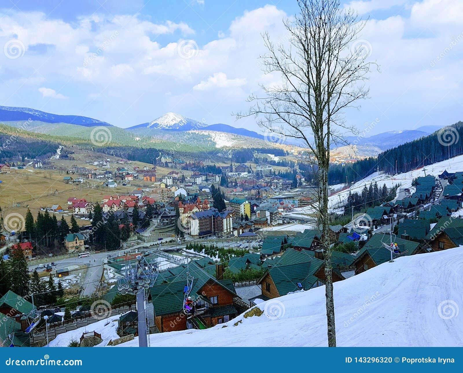 Opinión de la elevación en la estación de esquí Bukovel, Cárpatos, Ucrania