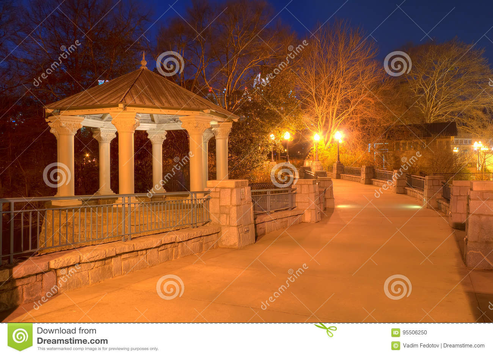 Opinión de la noche de Clara Meer Gazebo y del puente, Atlanta, los E.E.U.U.