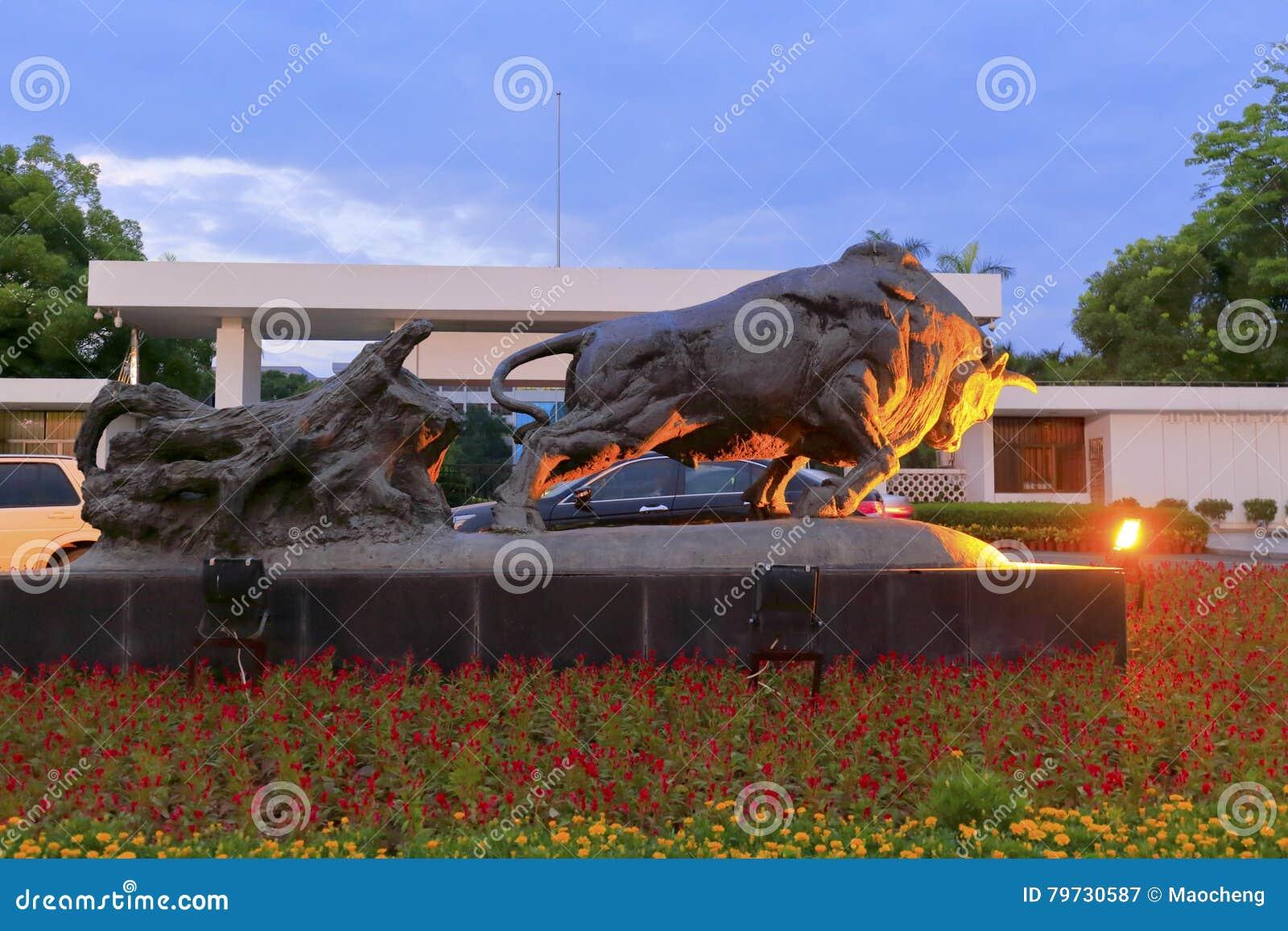 Opinión de la noche de la estatua del ganado de la recuperación de tierra