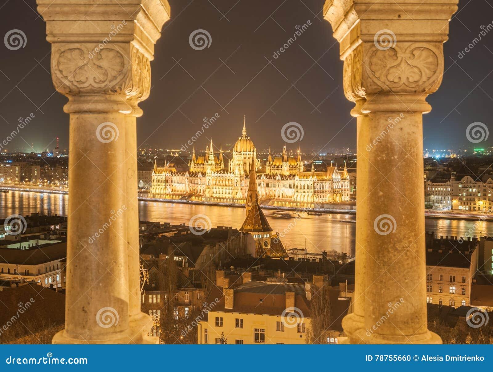 Opinión de la noche del edificio húngaro del parlamento en el banco del Danubio en Budapest, Hungría