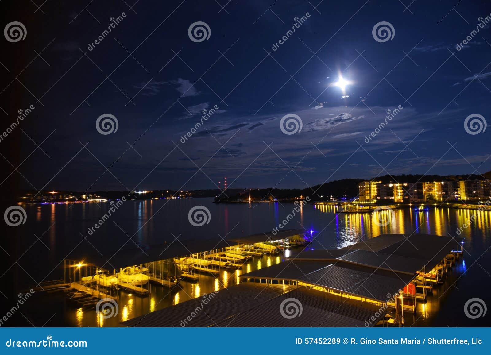 Opinión de la noche del lago del Ozarks en Missouri