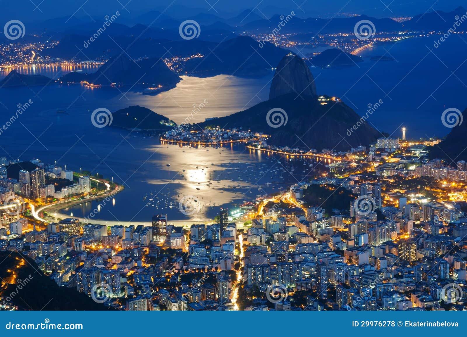 Opinión de la noche del pan de azúcar de la montaña y de Botafogo en Río de Janeiro