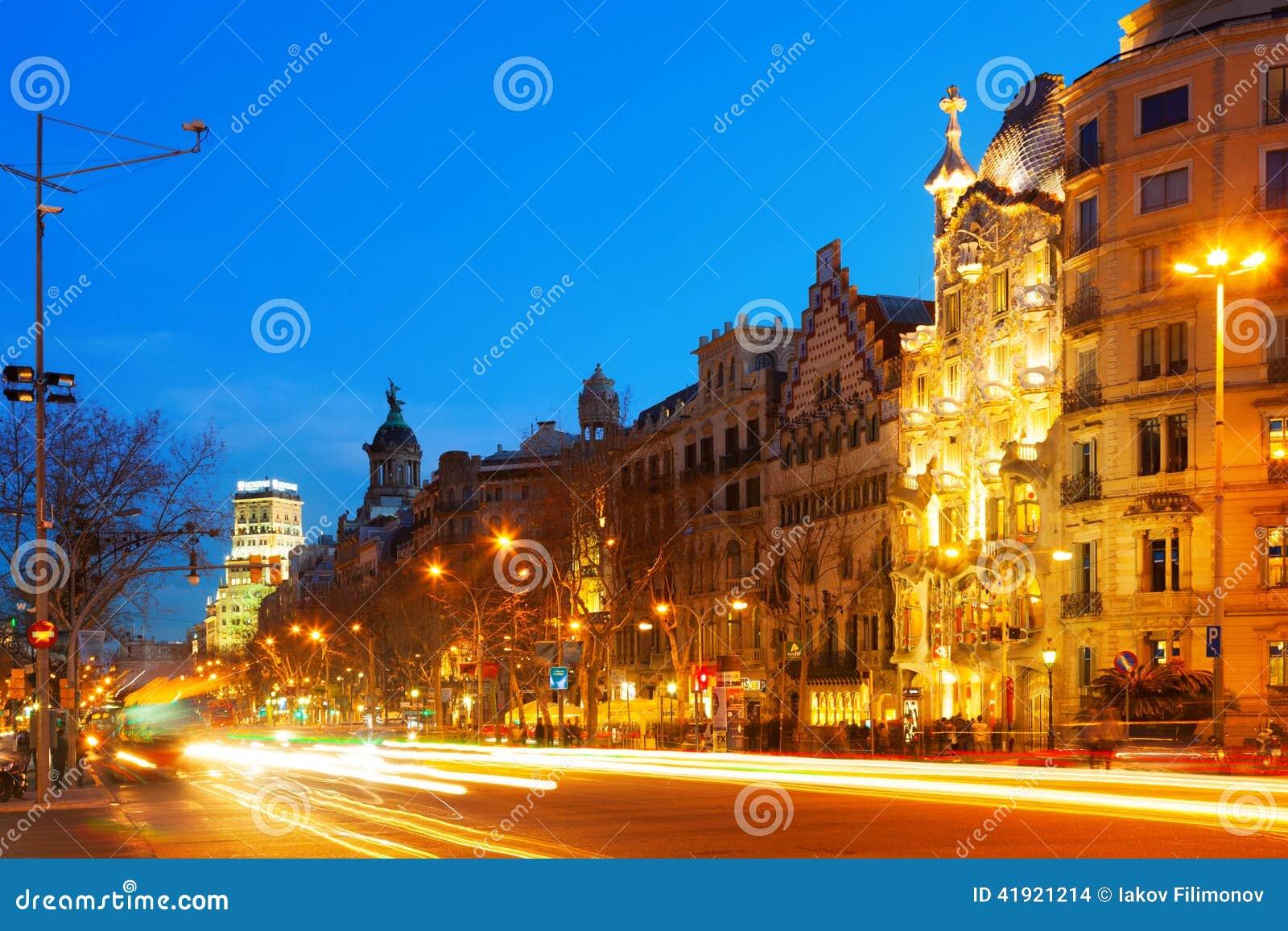 Opinión de la noche Passeig de Gracia en invierno Barcelona, España