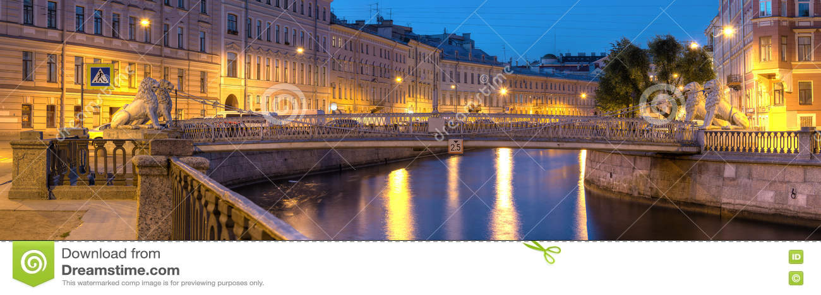 Opinión de la noche sobre el canal de Griboedov y el puente de los leones