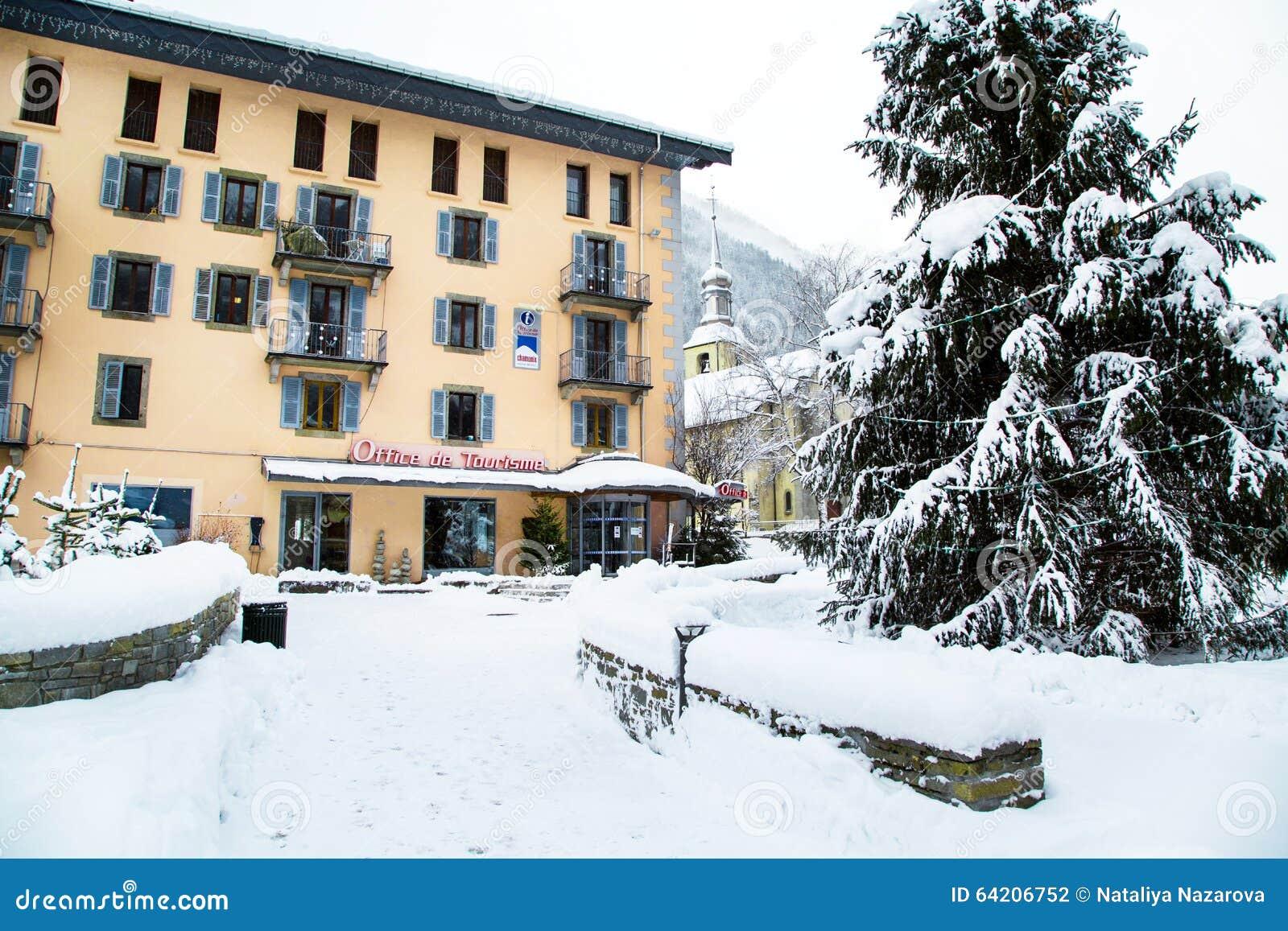 Opinión de la oficina de turismo y de la iglesia en Chamonix, Francia