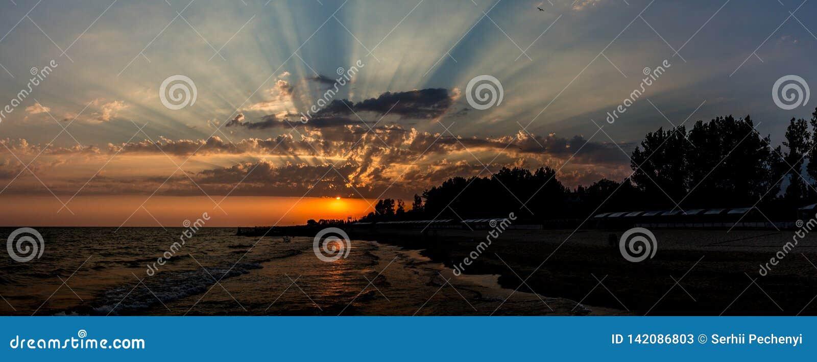 Opinión de la playa Puesta del sol fascinante del paisaje marino