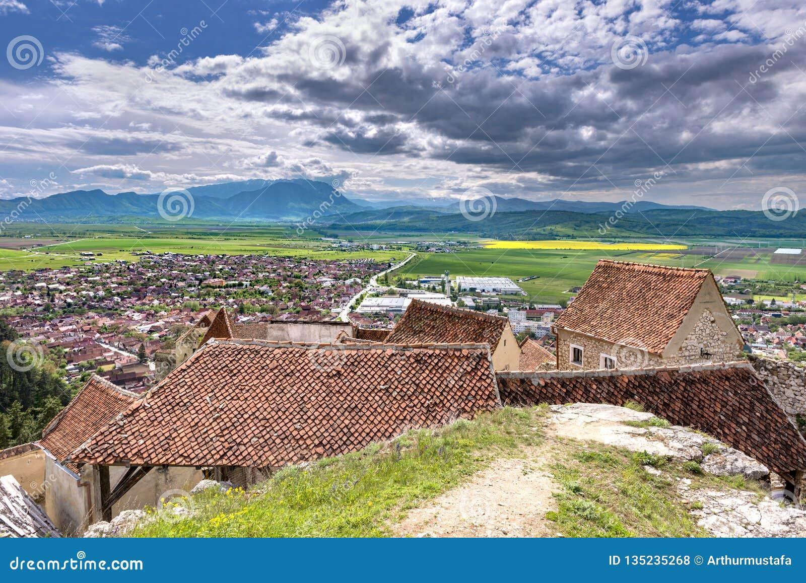 Opinión de la primavera sobre la ciudad de Rasnov, en el condado de Brasov (Rumania), con las casas viejas de la ciudadela de Ras