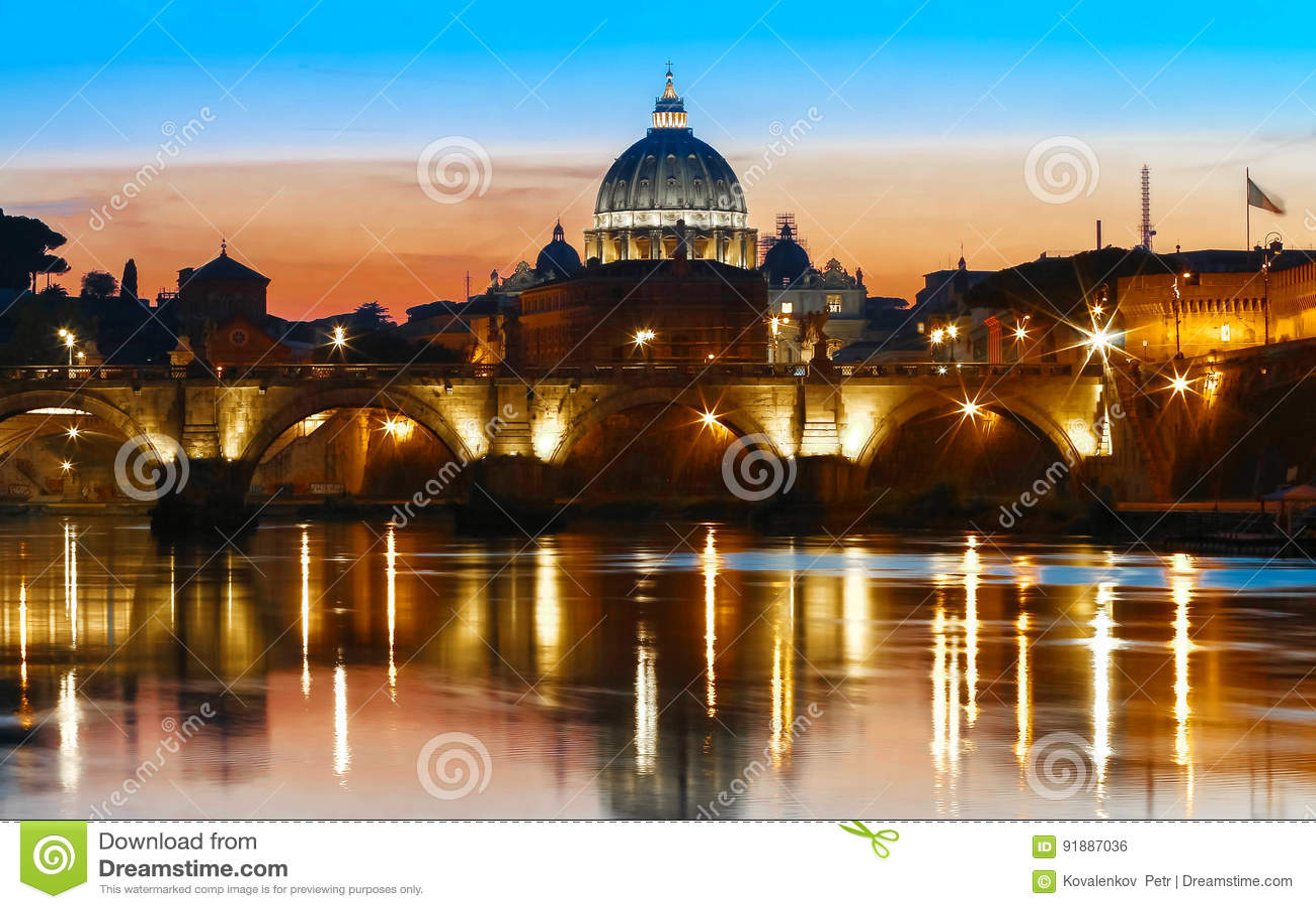 Opinión de la puesta del sol del Vaticano con la basílica del ` s de San Pedro, Roma, Italia