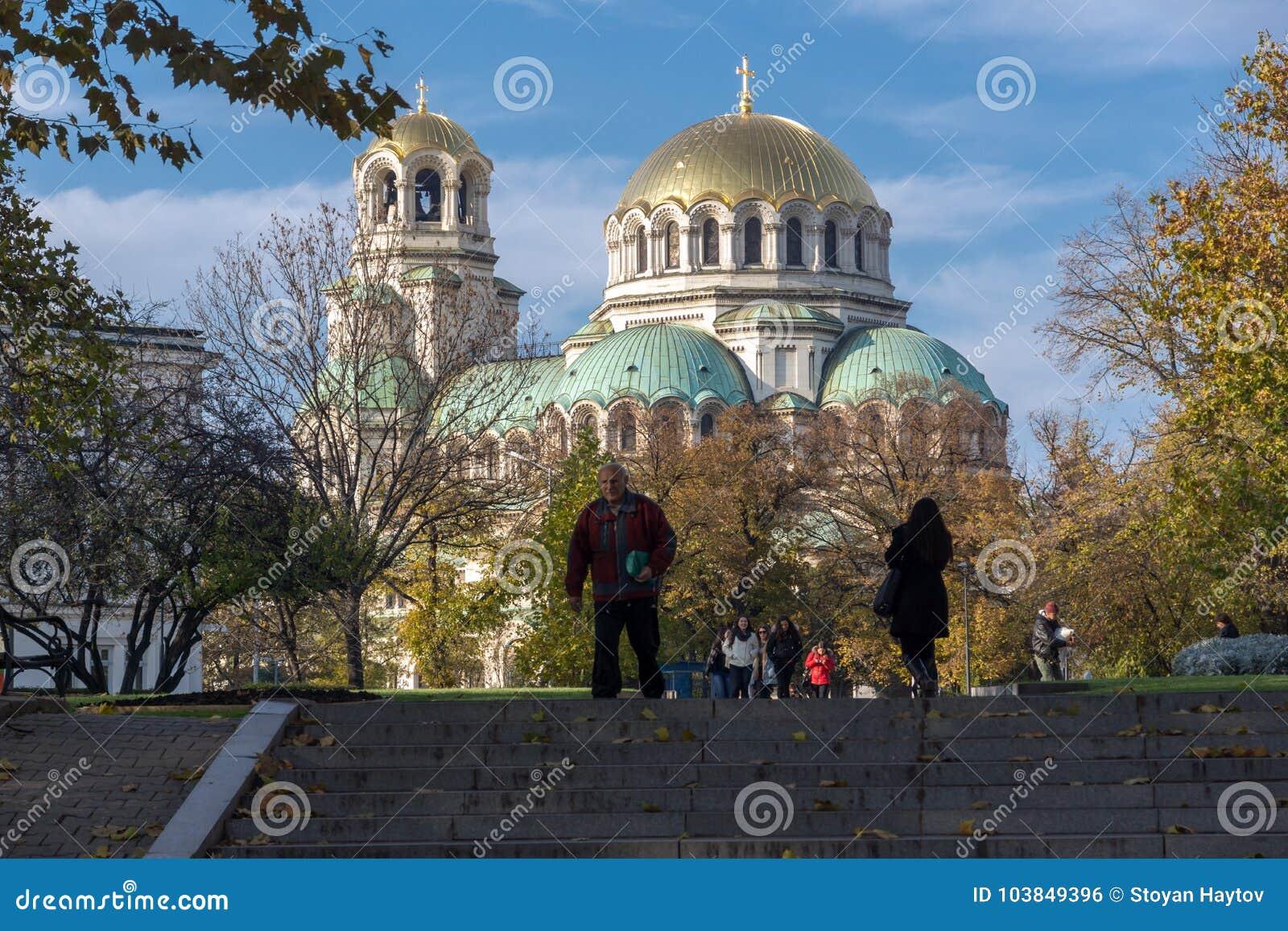Opinión de la puesta del sol el santo Alexander Nevski de la catedral en Sofía, Bulgaria