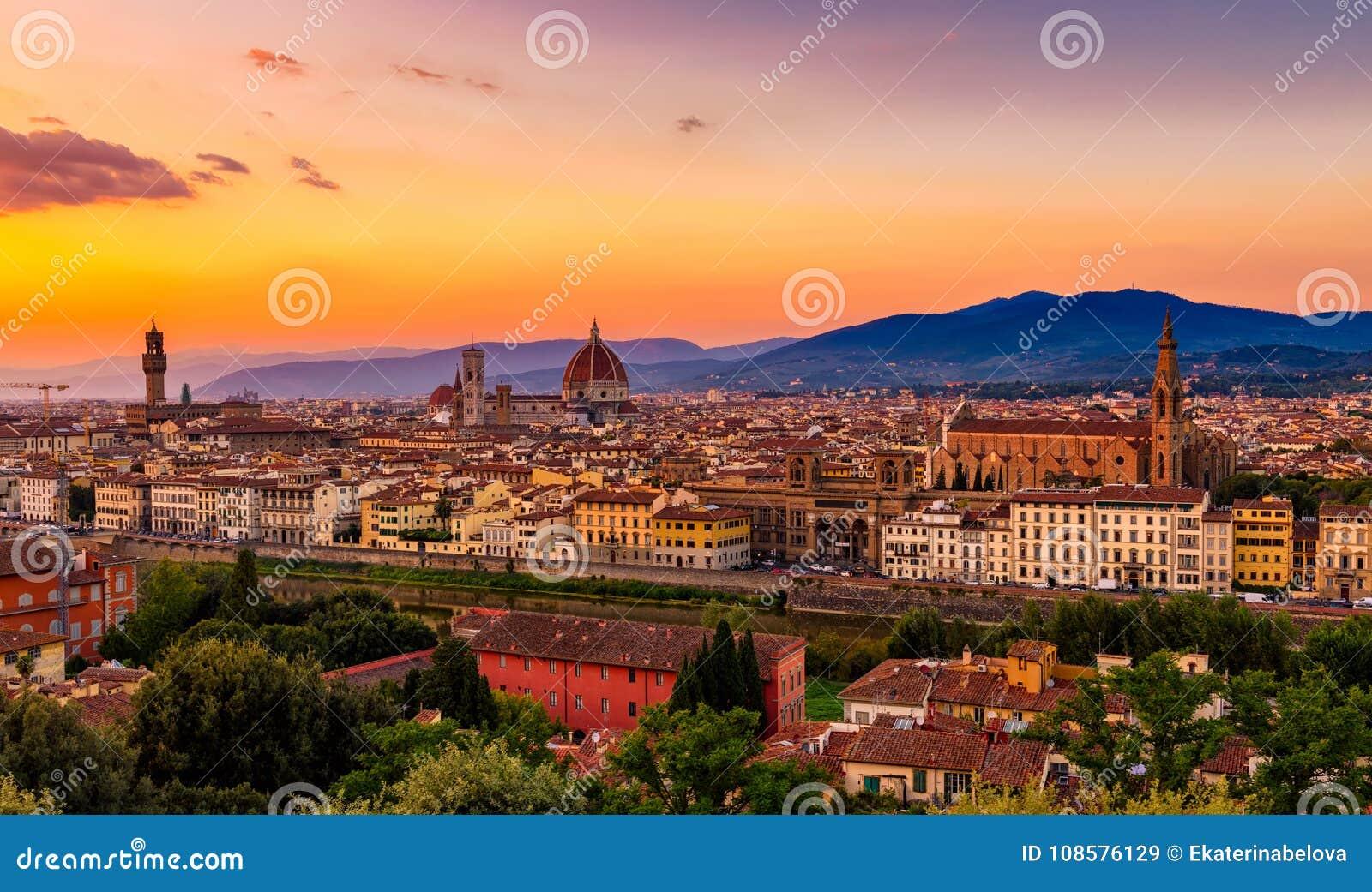 Opinión de la puesta del sol Florencia, Palazzo Vecchio y Florence Duomo