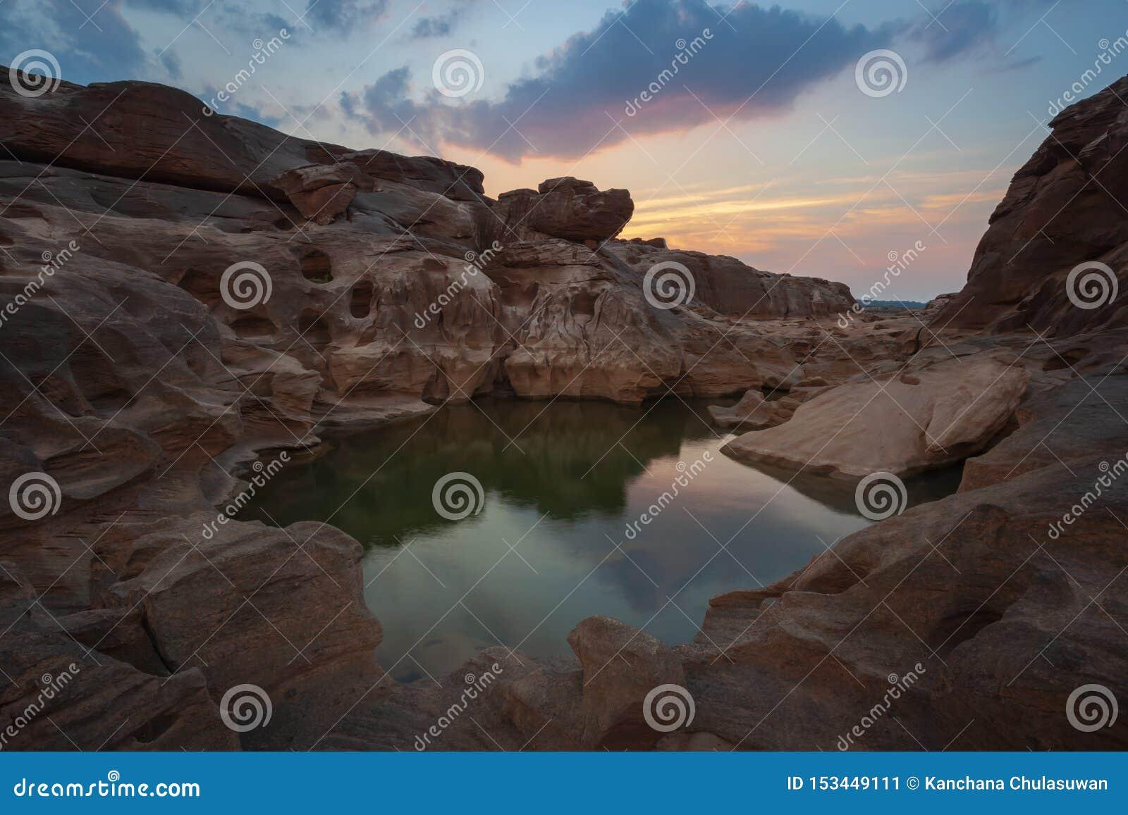 Opinión de la puesta del sol de Stone Mountain en Sam Phan Bok, Ubon Ratchathani, Tailandia