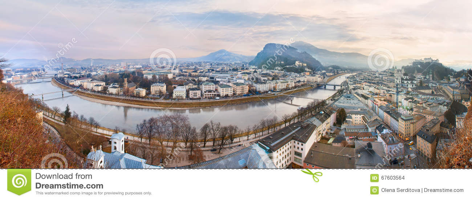 Opinión de la salida del sol de la ciudad histórica Salzburg