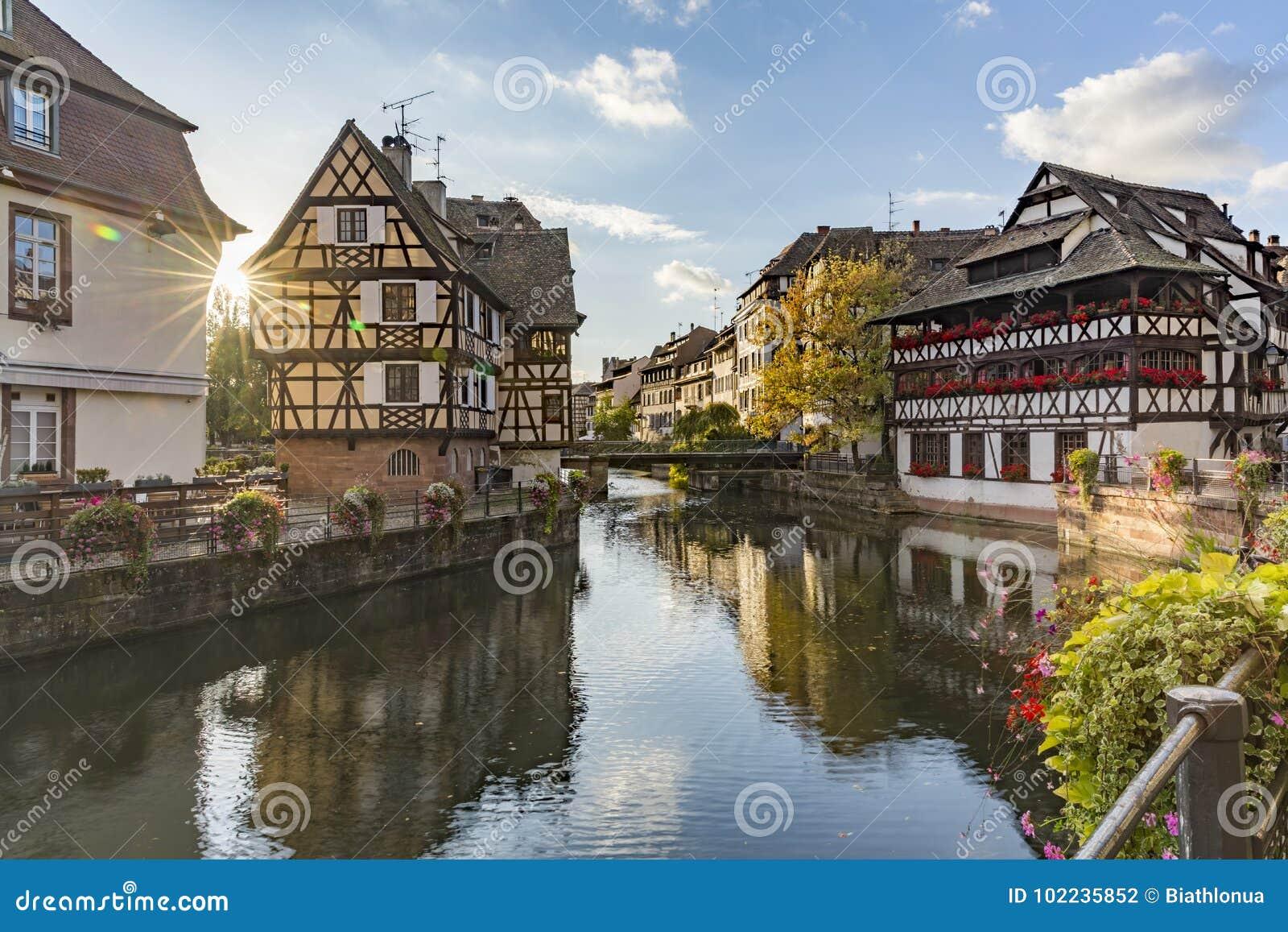Opinión de la tarde de Petite France al cuarto histórico de la ciudad de Estrasburgo
