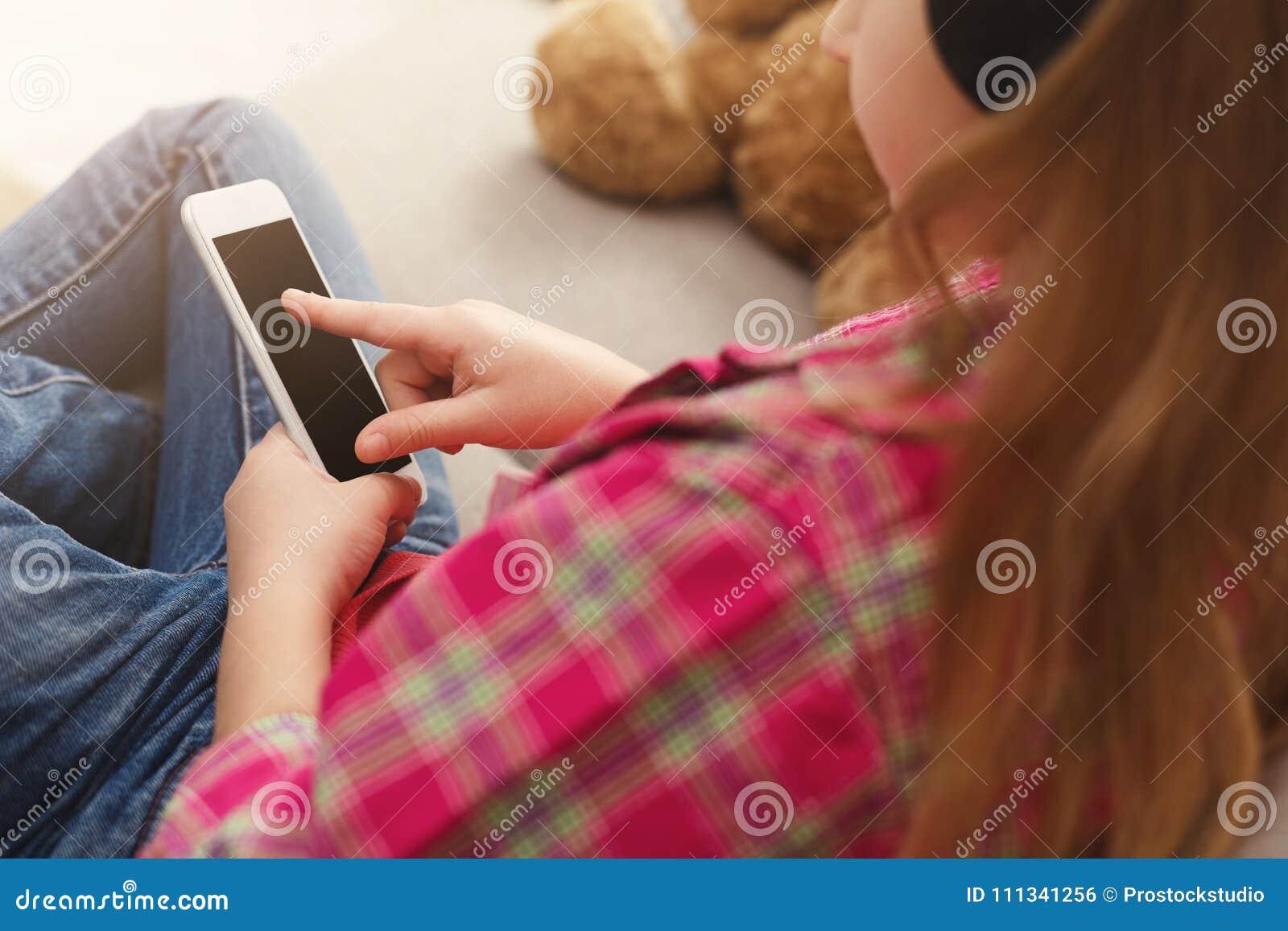 Opinión de Overshoulder sobre niña con smartphone