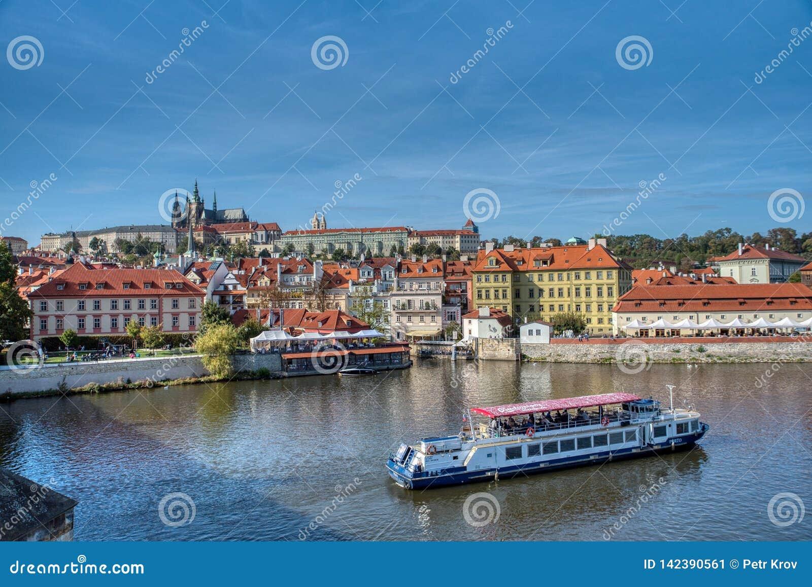 Opinión de Praga del castillo y del agua de Praga