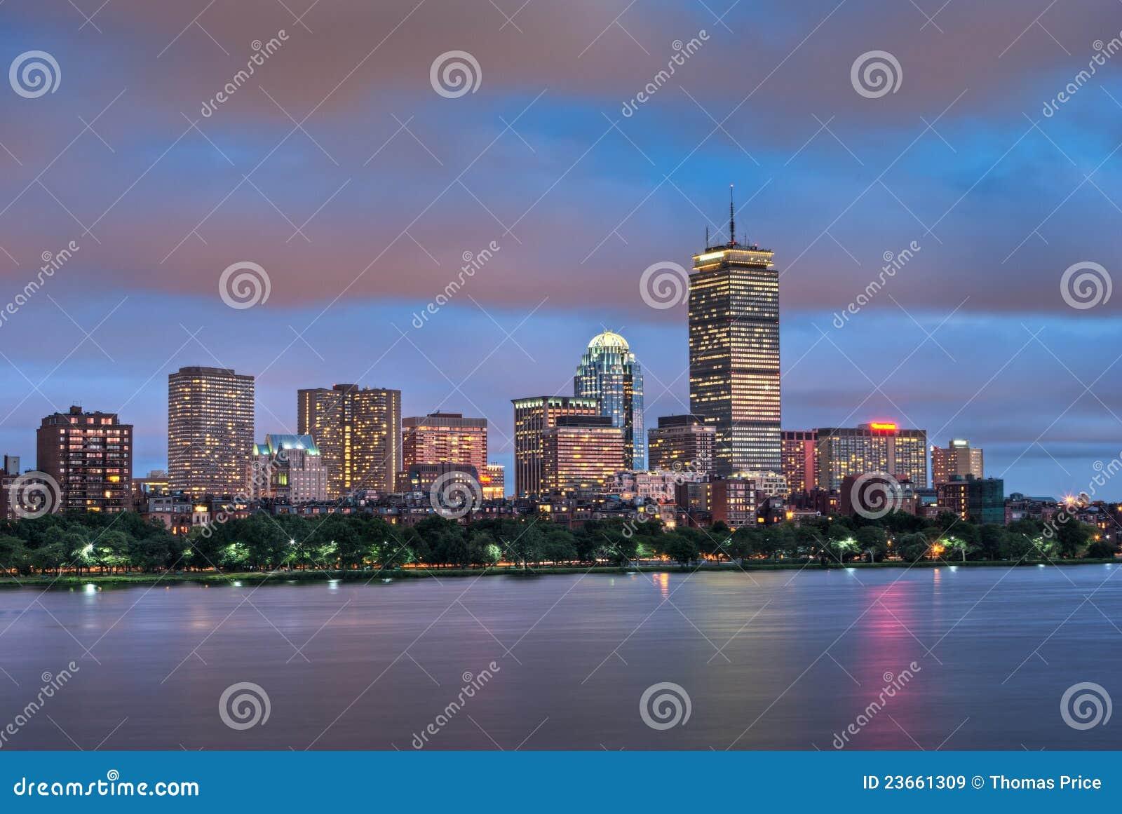 Opinión de río de Charles de Boston en la oscuridad