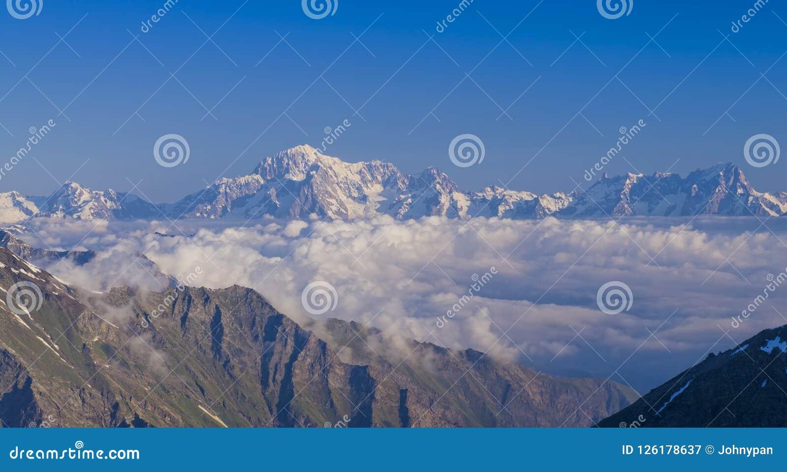 Opinión del macizo de Mont Blanc del valle de Aosta
