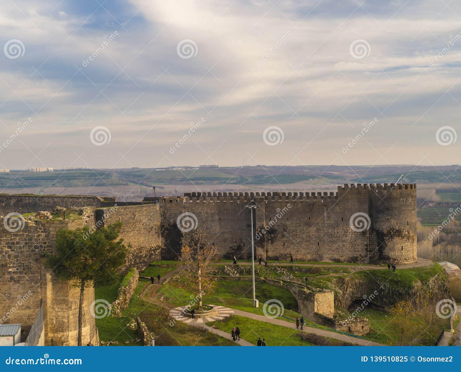 Opinión del paisaje de las paredes históricas del diyarbakir-pavo