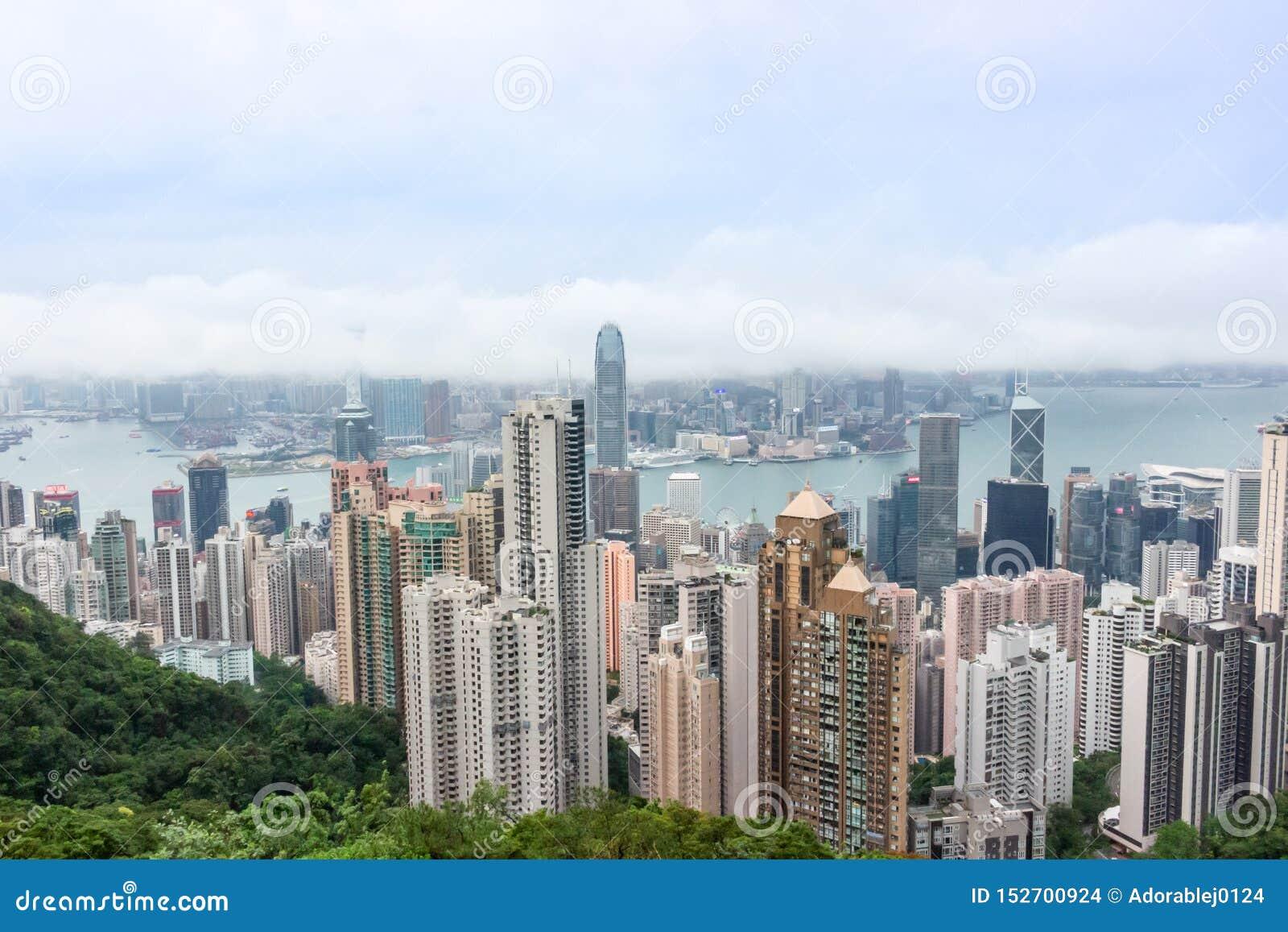 Opinión del paisaje urbano del horizonte de los rascacielos de Hong Kong de Victoria Peak