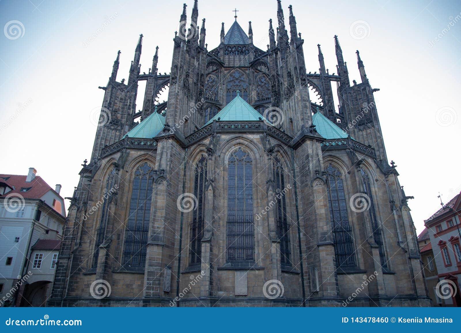 Opini?n del primer de St Vitus Cathedral contra el cielo azul