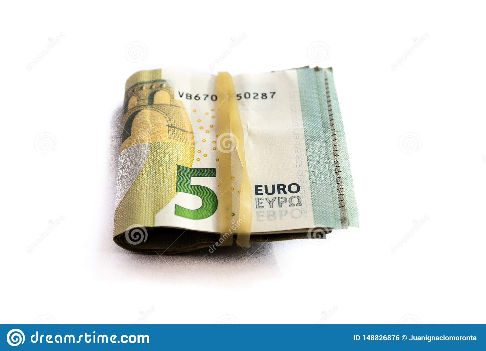 Opini?n del primer de un paquete de doblado 5 billetes de banco del euro