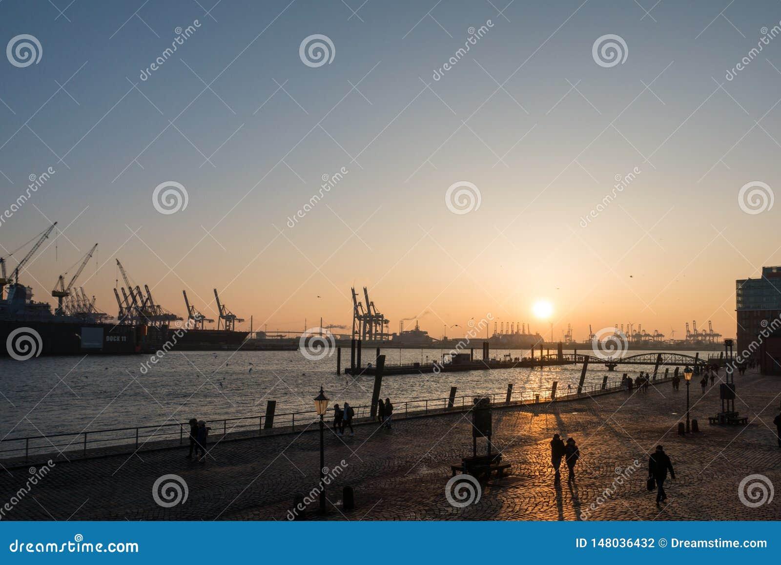 Opinión del puerto de la puesta del sol en Hamburgo