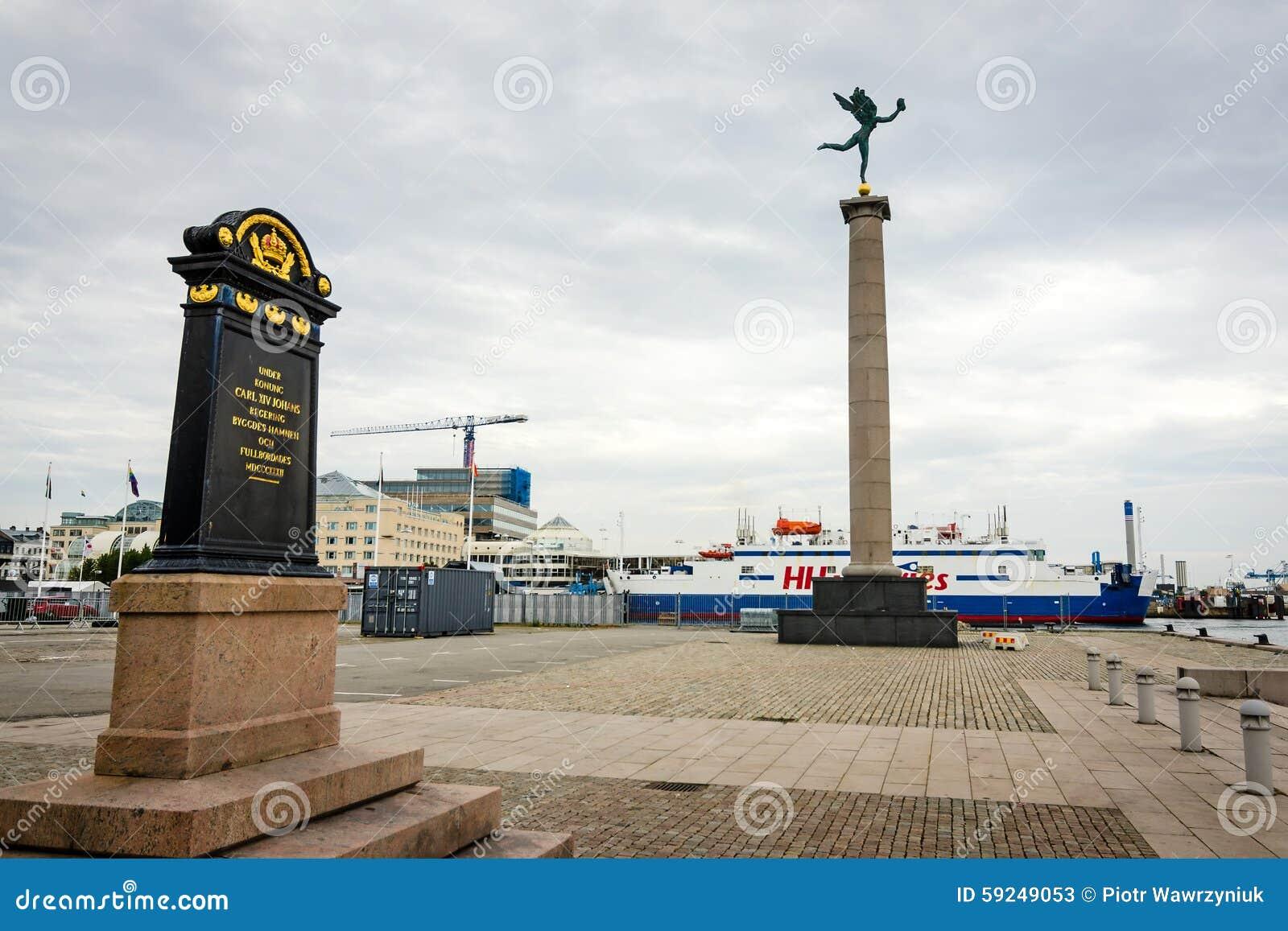 Opinión del puerto en Helsingborg con los monumentos