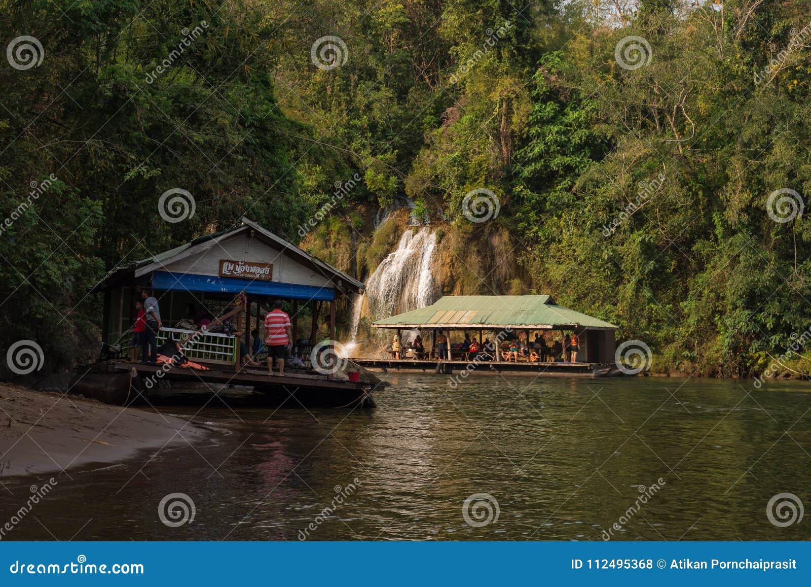 Opinión del río con la casa de la balsa en el río Kwai en Kanchanaburi