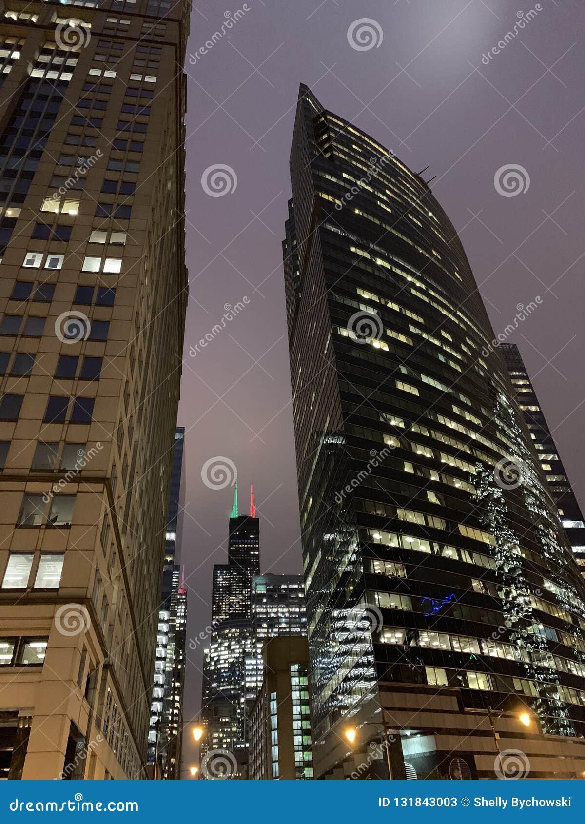 Opinión del rascacielos de las luces de la Navidad/del día de fiesta exhibidas en downtow