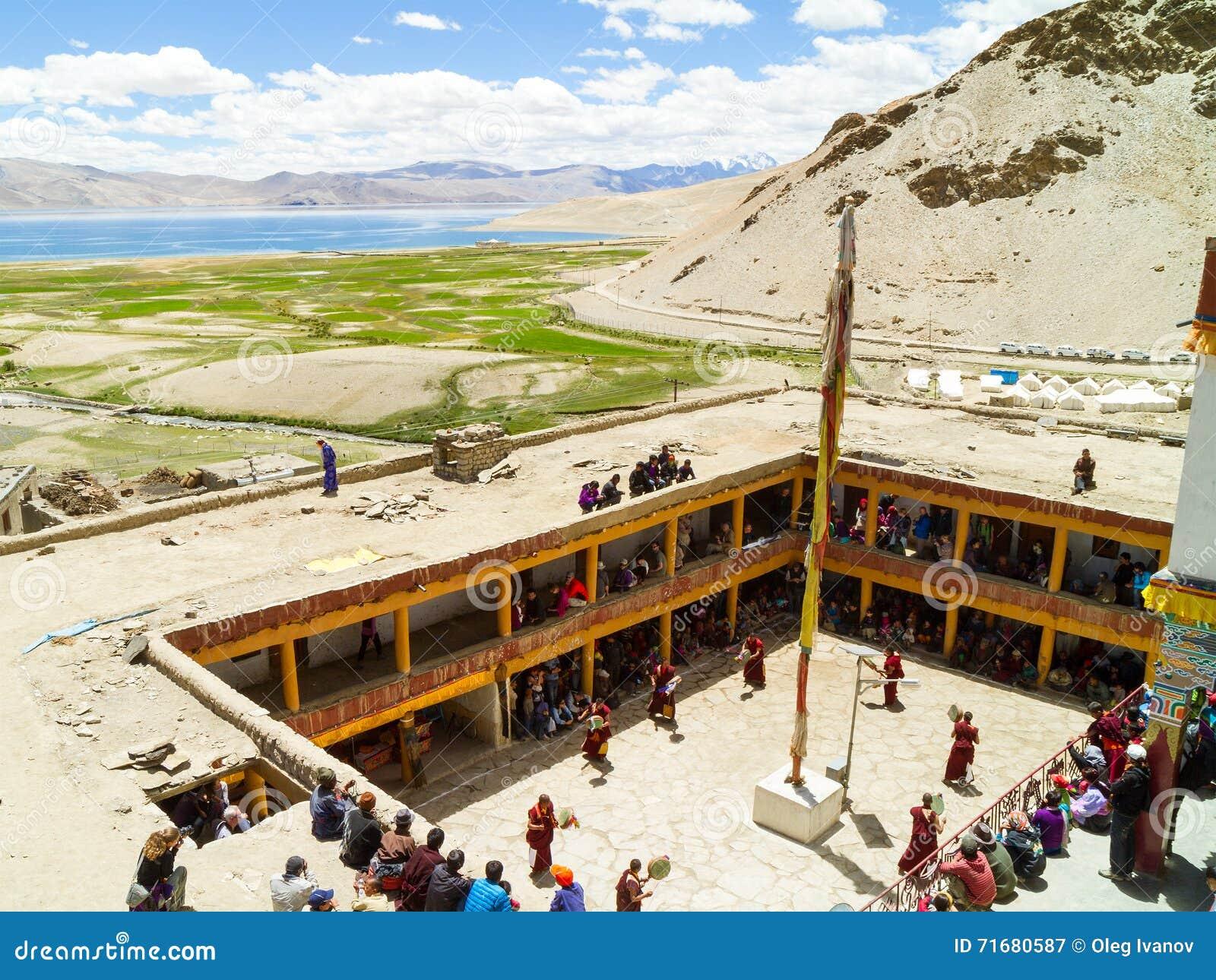 Opinión desde arriba sobre el lago tso Moriri y el patio del monasterio durante el festival de la danza del Cham
