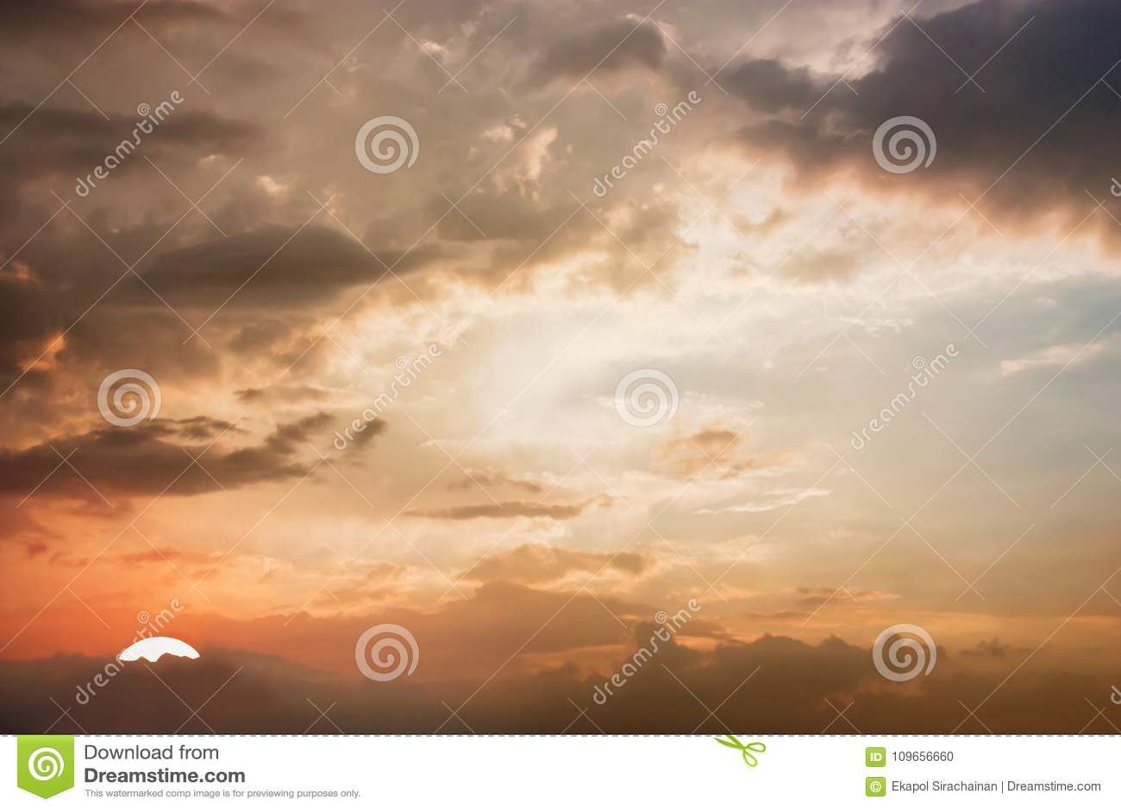 Opinión dramática del panorama de la atmósfera del cielo crepuscular hermoso y