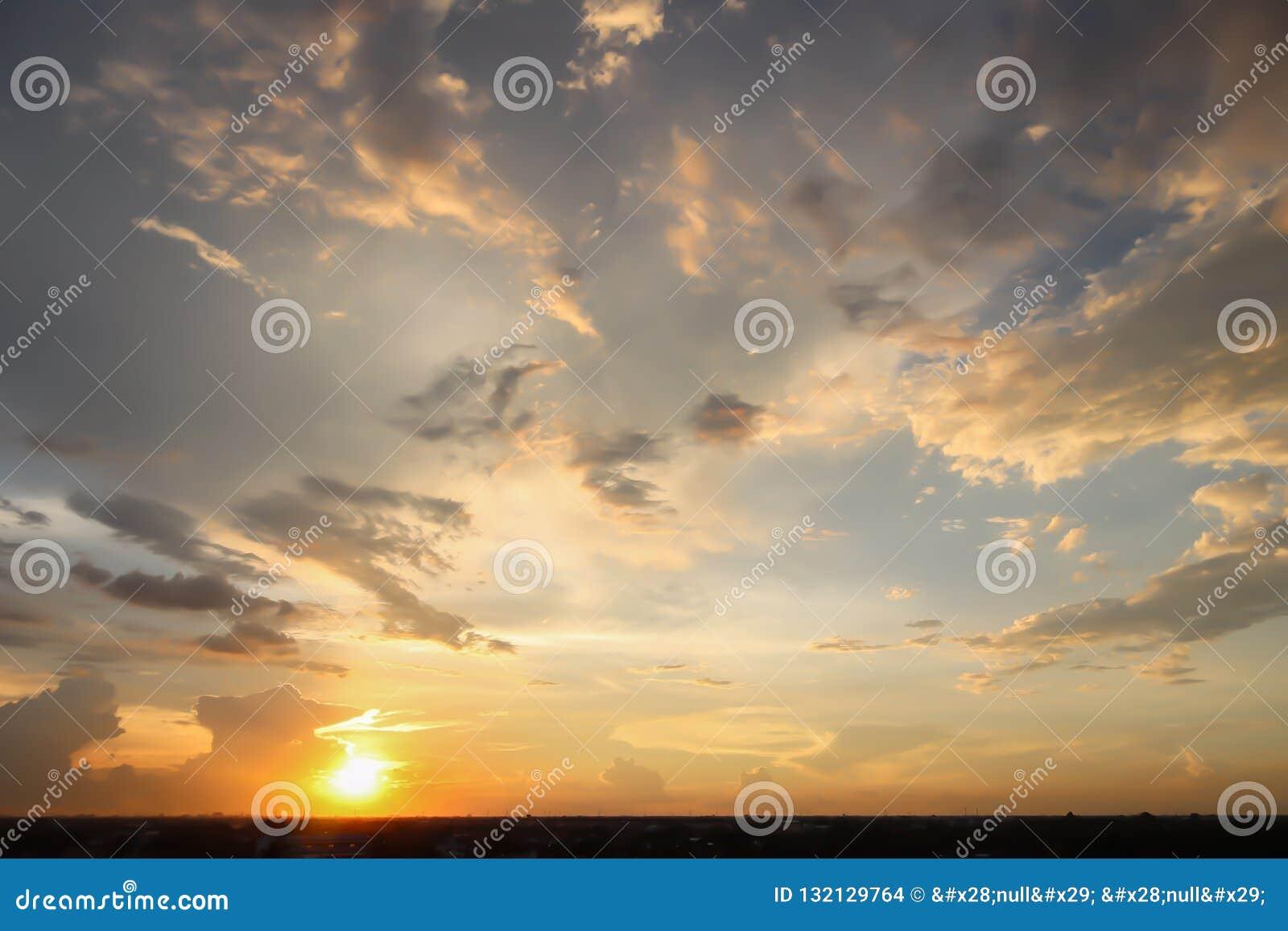 Opinión dramática del panorama de la atmósfera del cielo crepuscular tropical