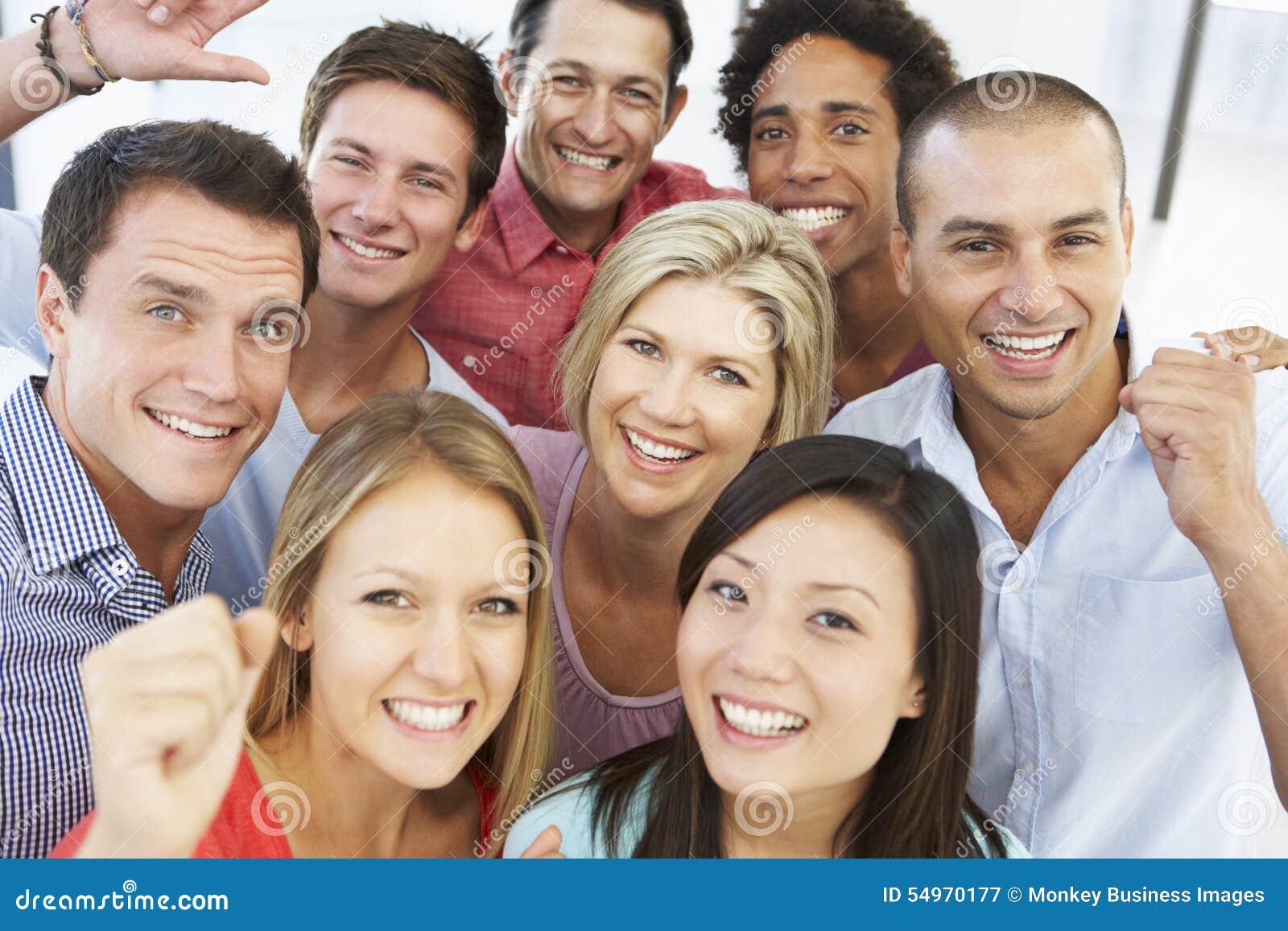 Opinión elevada hombres de negocios felices y positivos en ropa informal