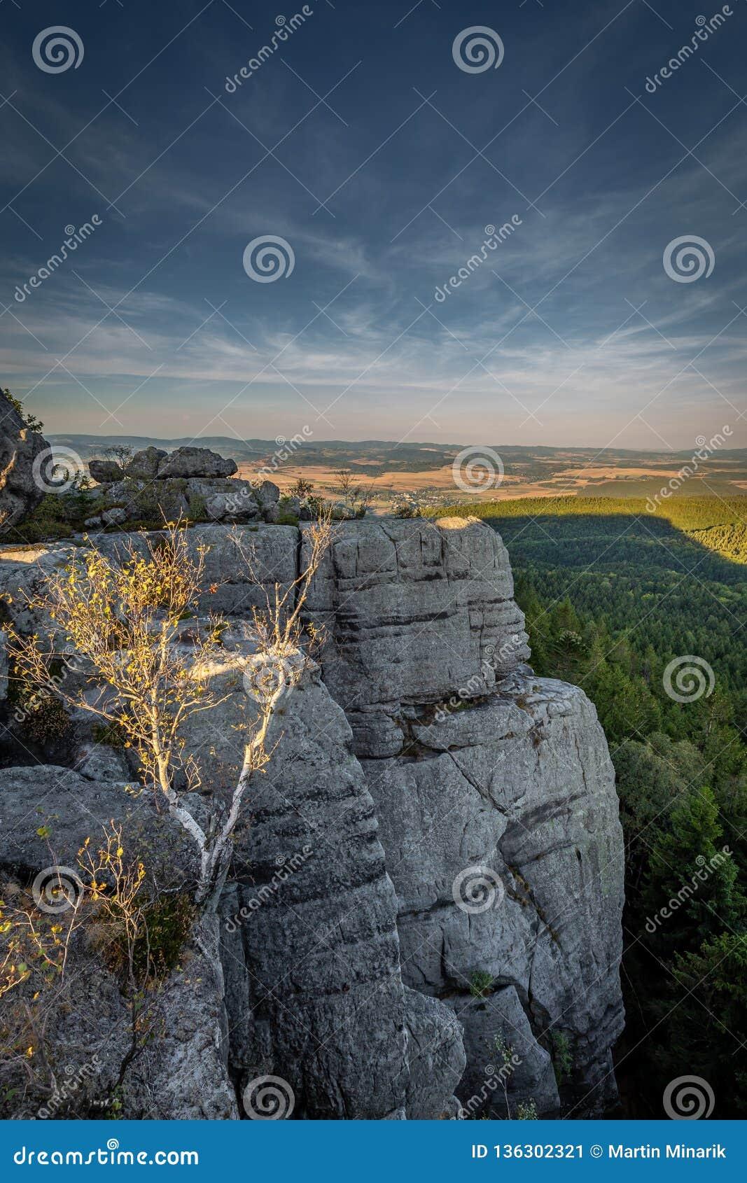 Opinión escénica de la puesta del sol sobre el macizo de las montañas de la tabla