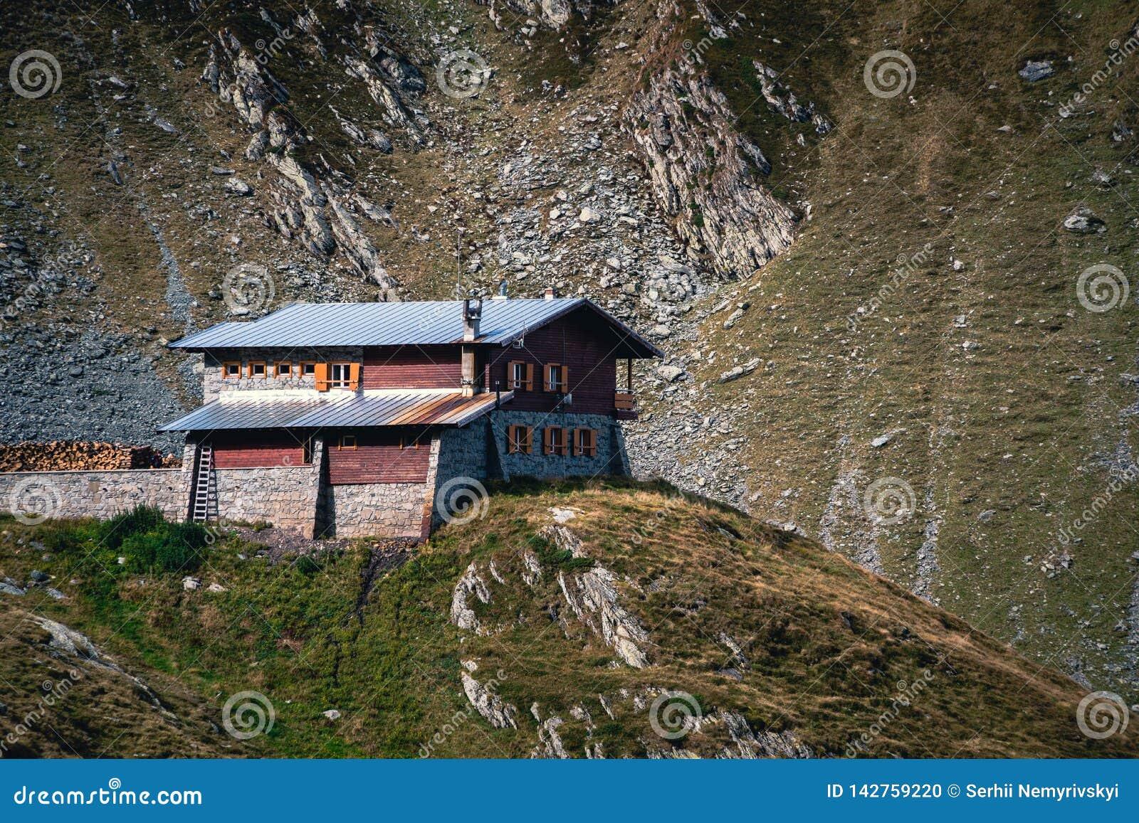 Opinión escénica del paisaje en una casa sola en la cima de la montaña Transfagarasan, hotel, Rumania