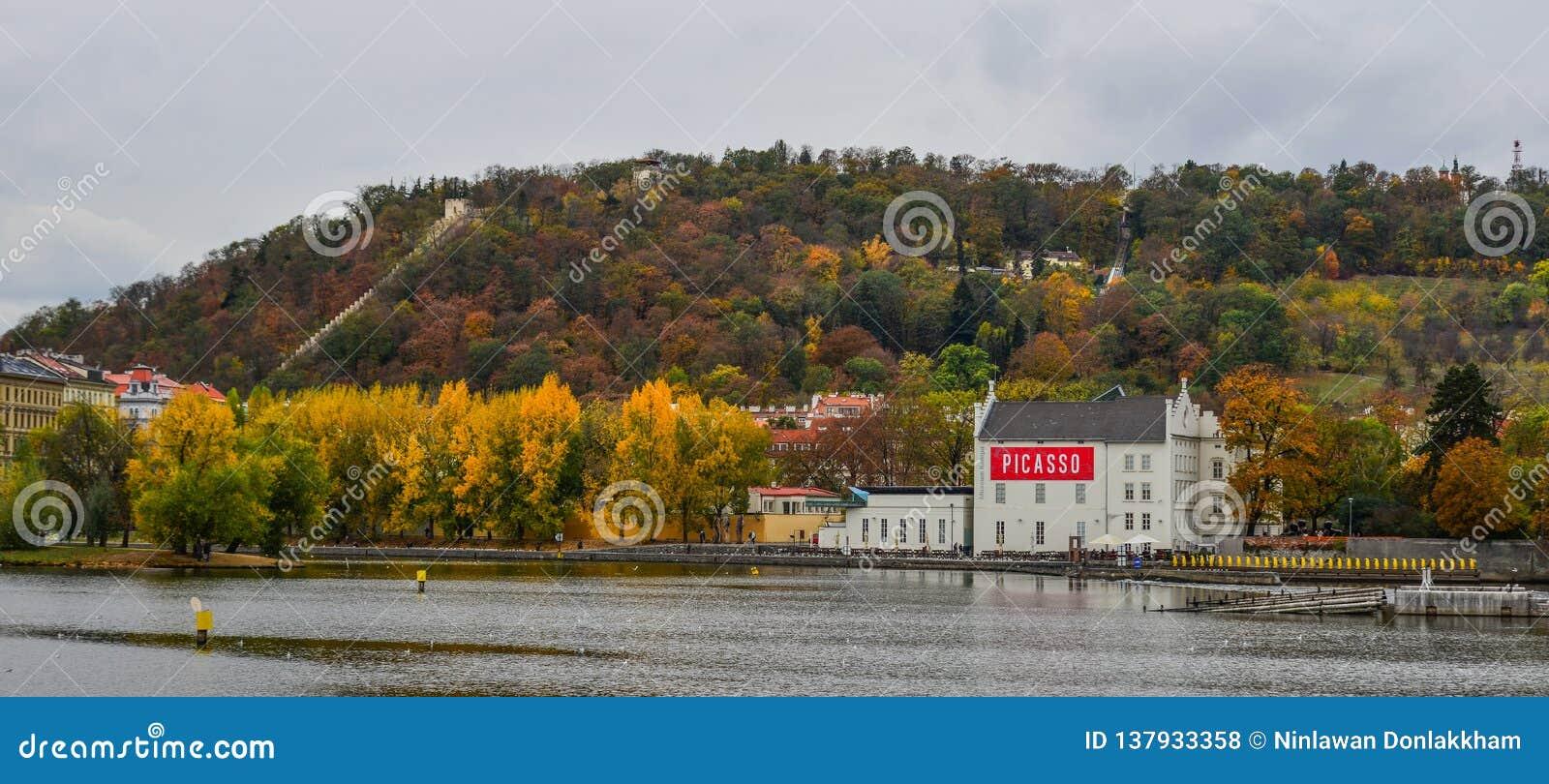 Opinión escénica sobre el río y los edificios de Moldava