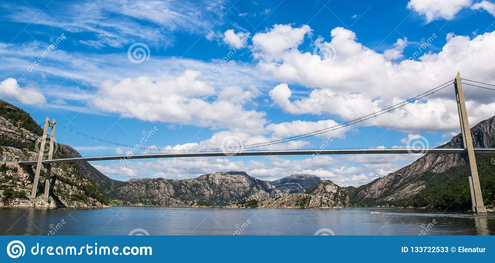 Opinión fantástica del paisaje de la naturaleza del fiordo, de las montañas y del brid
