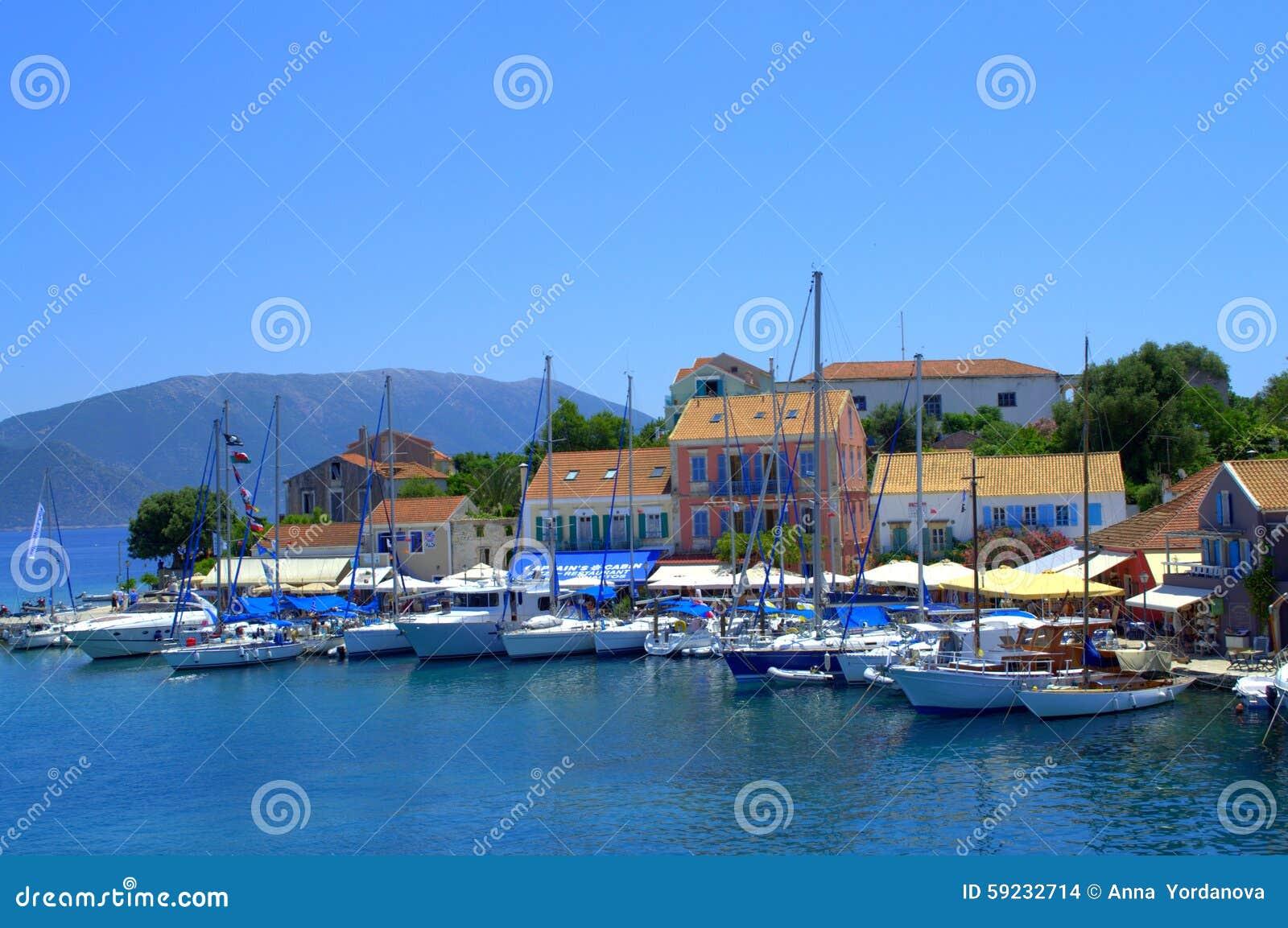 Opinión griega hermosa del pueblo de la isla