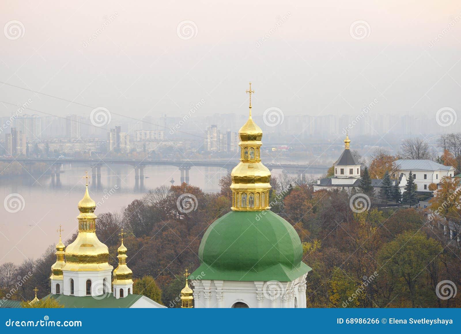 Opinión hermosa de la última hora de la tarde de la Kiev y del río Dnieper