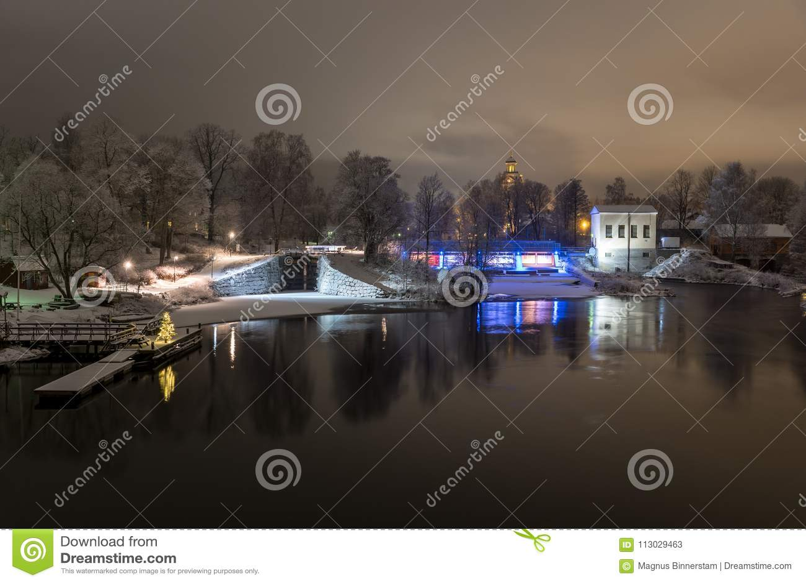 Opinión hermosa de la noche sobre una esclusa y una central eléctrica
