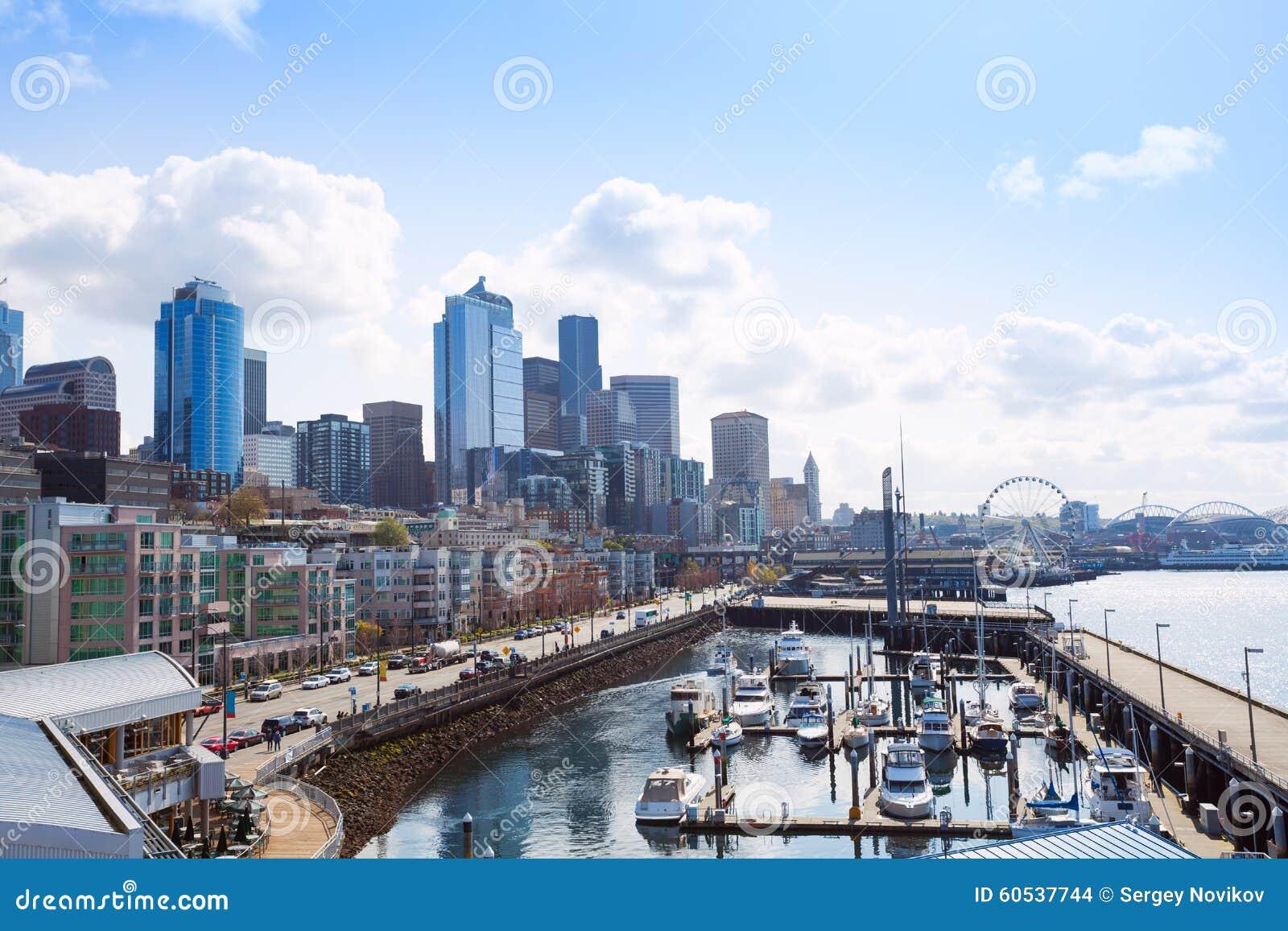 Opinión hermosa del embarcadero en Seattle con paisaje urbano, los E.E.U.U.