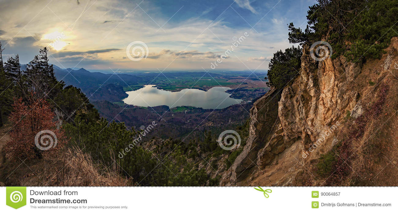 Opinión hermosa del lago de la montaña en las montañas alemanas